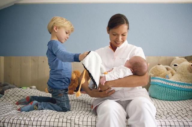 Babysitter para cuidar de bebé e criança