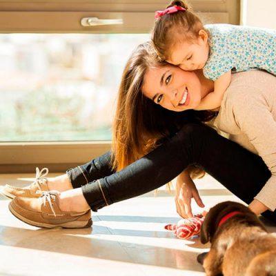 Babysitter, Ama, Babá, Au pair: Pessoa de confiança, com experiência e boas referências para cuidar da casa, fazer todas as tarefas domésticas e, se preciso, prestar apoio a crianças, idosos e animais.